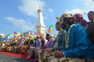 Sebelas Pasang Pengantin Nikah di Tugu Jogja