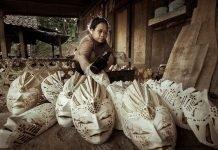 topeng dan patung kayu bermotif batik