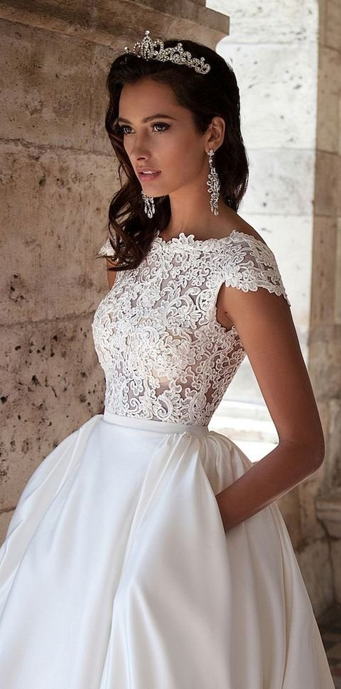 Wedding Dresses with A Lace Bodice and A Plain Skirt